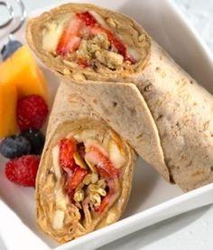 Gezond 'breakfast to go': volkorenwrap met pindakaas, banaan, aardbei en muesli.