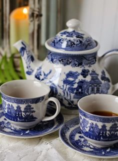 china dishes The Legend of Blue Willow China: The Charm of Home Blue Willow China, Blue And White China, Blue Willow Decor, Flow Blue China, Blue Dishes, White Dishes, Chinoiserie, Willow Pattern, China Patterns