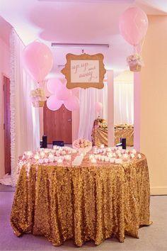 Festa de aniversário tema balões rosa e dourado. Uma festa super delicada e chique que conta com velas e louça dourada.