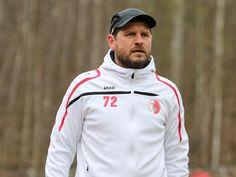 Cheftrainer #Steffen #Baumgart schaut sich das Spiel seiner Jungs an.