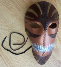 There's something intangible about this mask that I love. The lines, the colors, the expression - it's all very alluring.