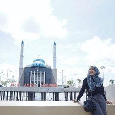 Katanya sih ini masjid apung pertama di Indonesia, masjidnya simple bangunannya juga ga gede2 banget, gak ada chandelier yang wahh megah…