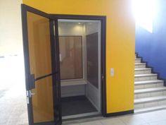 Es una ascensor para discapacitados en Costa Rica. Se te puede llevar a diferentes pisos.