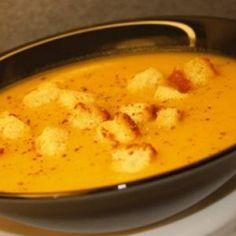 Supa crema de cartofi.  3 linguri margarina   4 morcovi   2 ceape albe   6 cartofi   1 lingurita sare   20 g piper