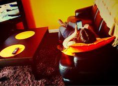 sandra trabajando con el movil mientras vemos una película jaja . Tu también puedes desde aquí sandrayadri.com #emprender