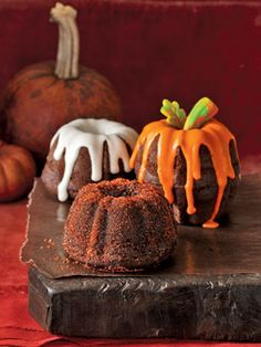 Pumpkin Bundt Cakes  - these would be so cute for individual cakes!