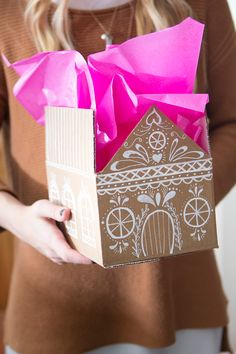 Gingerbread house gift box tutorial Informations About DIY Gingerbread house gift boxes Pin You can All Things Christmas, Christmas Holidays, Christmas Decorations, Xmas, Craft Gifts, Diy Gifts, Diy Gift Box, Ginger Bread House Diy, Diy Cadeau Noel