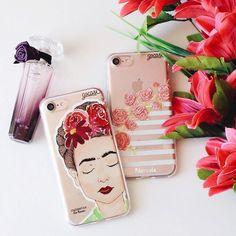 Frida&Flor. {cases: sendo frida e rosa flor}  [NA COMPRA DE 2 GOCASES VOCÊ GANHA 50% OFF NA TERCEIRA]  #gocasebr #instagood #iphonecase #frida #instadobem #flower #blcknov #gocaseblack #usogocase