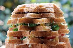 Il pandoro gastronomico è una rivisitazione del panettone gastronomico, fatto con pastra madre e farcito con formaggi e verdure, adatto per un buffet freddo.