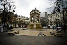 Fontaine des innocents à Paris. Oeuvre de l'architecte Pierre Lescot et du sculpteur Jean Goujon en 1549. Réalisée pour l'arrivé dans Paris de Henri II qui s'entourera plus tard de cette équipe pour le Louvre.