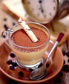 1 envelope de gelatina em pó sem sabor  - 1/3 de xícara (chá) de água  - 2 xícaras (chá) de café solúvel preparado forte  - 3/4 de xícara (chá) de açúcar  - 2 xícaras (chá) de creme de leite fresco  - 1/4 de xícara (chá) de licor de cacau  -