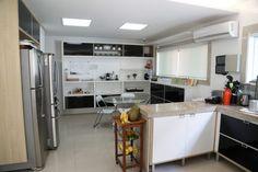 Cozinha | casa de praia| duas geladeiras | ilha | bem iluminada |