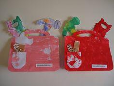 Voor vaderdag.Gereedschapstas: Teken met watervaste stift 2 x een tas op een groot vel papier, met een tussenstukje van 4 cm. als bodem. Teken ook een zakje. Laat hem beschilderen. Print een tekening van gereedschap uit en laat deze kleuren. Zet alles in elkaar en schui in het zakje een paar spijkers en een pleister. Leuk bij het thema huis of beroepen of als vaderdagcadeautje!