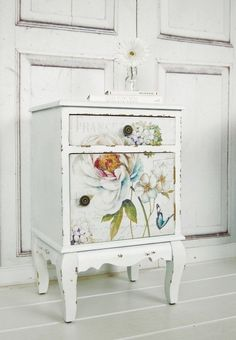 Vintage bedside table with flowers in shabby look, country style, bedroom / class . - Vintage bedside table with flowers in shabby look, country style, bedroom / classic white bed table - Decoupage Furniture, Hand Painted Furniture, Distressed Furniture, Furniture Projects, Furniture Makeover, Diy Furniture, Furniture Stores, Decoupage Ideas, Industrial Furniture