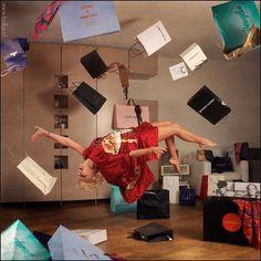 重力に逆らって空中浮遊する魔法使いのような人々の写真を thewondrous.comより紹介します。 記事の最後に空中浮遊写真の撮影シーンの動画も掲載しています。 全然違和感なく浮遊して見えるのが素晴らしい。 本や猫など色々な小道具を浮遊させた独特の世界観も良い感じです。 空中浮遊写真の撮影動画 ソース 15 Simply Amazing Levitation Photographs   The Wondrous Design Magazine