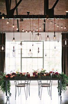 centros de mesa colgantes con luces y lamparas de distintos estilos para una boda industrial