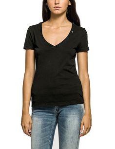 T-Shirts    Schön, diese Teile, mit denen man nichts falsch machen kann: Replay steuert zu dieser beliebten Runde ein tailliertes V-Neck-Shirt bei, das stets gut aussieht und sich dabei auch noch angenehm tragen lässt. Danke dafür.    Außenmaterial: 100% Baumwolle...