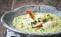 Tyk og cremet suppe med masser af fyld, bl.a. lækre fisk og skaldyr. Skal du bruge den til gæster, kan det hele forberedes, bare du først damper fisken i suppen til sidst. Husk, at styrken på karrypasta varierer, så læg forsigtigt ud!