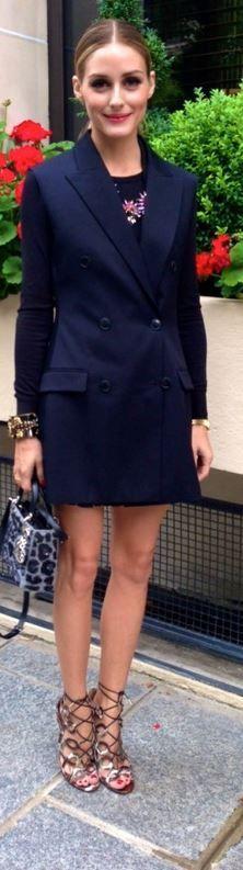 Olivia Palermo em sandália lace-up amarração e vestido trench coat preto.