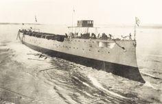 """El """"Almirante Grau"""" al ser lanzado al agua [fotografía]"""