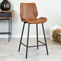 Sturdy and modern, that is bar stool Barron! The industrial bar stool Barron is a comfortable and industrial bar stool with a very high seating comfort thanks to the thick seat. Barstool Barron is suitable for any interior thanks to the use of materials and colours. Industrial Bar Stools, Modern Industrial, Black Bar Stools, Foot Rest, Upholstery, Flooring, Brushed Metal, Artificial Leather, Furniture