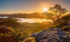 Скачать обои Hordaland, рассвет, восход, Норвегия, озеро, Norway, деревья, панорама, горы, Storavatnet Lake, Holsnøy, раздел пейзажи в разрешении 2800x1694