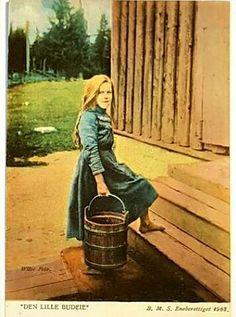 kolorert kort fra 1903 Utg BMS / Wilse foto Den lille budeie Norse Pagan, Arctic Circle, Lofoten, Antique Photos, Traditional Dresses, Norway, Poster, Cottage, Painting