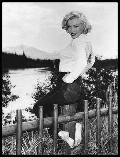 "1953 / Marilyn lors du tournage du film ""River of no return""."