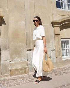 26 Boring Fall Outfits That Look Ultra-Expensive - - I once thought neutral-colored outfits were boring, and boy was I wrong. Keep reading to see and shop my favorite expensive-looking fall outfits. White Summer Outfits, All White Outfit, Fall Outfits, White Tshirt Outfit, Neutral Outfit, Summer Minimalist, Minimalist Fashion, Minimalist Outfits, Look Fashion