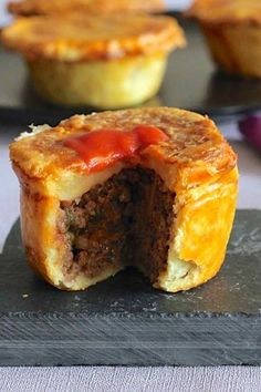 Australian meat pie, one of the most emblematic dishes of Australia, is a pie stuffed with beef traditionally served in individual portions. Aussie Pie, Australian Meat Pie, Aussie Food, Australian Recipes, Meat Recipes, Cooking Recipes, Curry Recipes, New Zealand Food, Gourmet