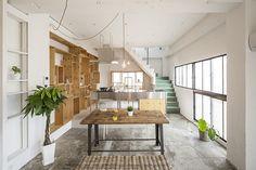 <p>ビルの2フロアを住居にリノベーション。躯体むき出しの床壁天井、古いスチールサッシの窓がインテリアとして効いてます。</p>