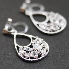 Comfortable and pierced look dangle bridal teardrop cubic zirconia invisible clip on earrings by MiyabiGrace. These are the earrings for your big day! These definitely make you gorgeous💕