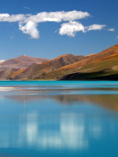 Located 100km southwest of Lhasa and at an altitude of 4,440m, Yamdrok Yum Tso Lake is one of the four holy lakes in Tibet.     Covering an area of 638 km², it is fan-shaped, spreading to the south but narrowing up to the north. It freezes in winter.     Like mountains, lakes are considered sacred by Tibetan people, the principle being that they are the dwelling places of protective deities and therefore invested with special spiritual powers.