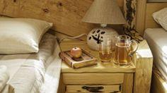 Das Innere der #Appartements riecht nach natürlichem, unbehandeltem #Holz. Produkte aus #Lehm und Textilien aus #Hanffasern verleihen dem Raum Wohnlichkeit und Behaglichkeit.  Der Boden des Gästehauses besteht aus recycelten Ziegelsteinen des Hauses, das früher hier stand, die Wände hingegen aus einer Holzkonstruktion mit Hanfisolierung und Lehmputz. Alle Möbelstücke sind aus einheimischem Holz gefertigt und mit einem rustikalen Finish versehen. Hotels, Bath Caddy, Nightstand, Furniture, Home Decor, Brick Patios, Rustic, Slovenia, Textiles