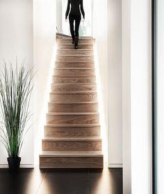 Semplice scala resa moderna e particolare dal fascio di luce a led posizionato in un canale nascosto - idee scale moderne in legno