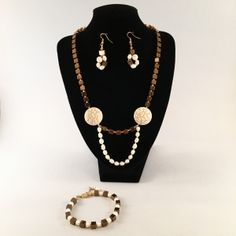 Komplet biżuterii - naszyjnik, bransoletka, kolczyki; wykonany ręcznie z: pereł hodowlanych, howlitów i hematytów.