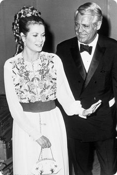 Cary Grant and Grace Kelly wearing a dress that looks very much like Moroccan caftans Cary Grant, Hollywood Stars, Classic Hollywood, Old Hollywood, Hollywood Icons, Monaco, Quebec, Princesa Grace Kelly, Patricia Kelly