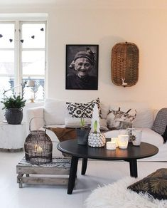 Top 5 Inexpensive Family Room ideas More Christmas inspiration. When I decorate for Christmas I like to use colors and style thats not far away. Modern Shabby Chic, Shabby Chic Interiors, Shabby Chic Homes, Living Room Grey, Home And Living, Living Room Decor, Decor Around Tv, Guest Room Office, Scandinavian Living