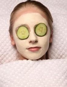 Mascarilla facial con aspirinas: Si no eres alérgica a las aspirinas, puedes usar esta mascarilla para purificar la piel. Va bien sobre todo para limpiar las pieles grasas, ya que el componente principal de la aspirina también se usa en las cremas anti acné. Para hacer la mascarilla: machaca dos aspirinas, mezcla con dos cucharadas de yogur natural, ponte la mezcla en la cara y déjala actuar durante 5 minutos.