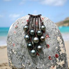 Collier perles de Tahiti et cuir. Perle noires par TresorsDeStBarth