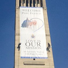 Banner on the Basilica of the National Shrine of the Immaculate Conception has been unveiled. #PopeInDC #PopeInUS