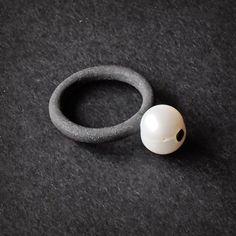 Adam Ballester - Oxidized silver and pearl ring. Anillo de plata oxidada y perla.