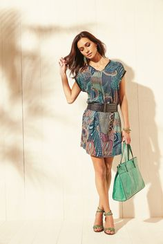 La légèreté de cette robe imprimée GOYAVE, entre rumeurs tribales et influences pop art. Coupe fluide. Haut col V, manches tombantes, ample et blousant. Incrustation faux cuir irisé col et bas de manches . Taille élastiquée. Liens décoratifs. Jupe en forme. Sac GIDAM, ceinture GABAS.  #mode#robe#imprimé#pop#art#vert#rock#sac#ceinture#elora#