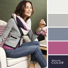Chica sentada en un sofá usando un pantalón de mezclilla con una blusa de color rosa y un saco de color gris con una bufanda blanca y morada