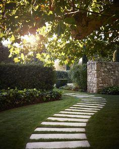 20 inexpensive garden path design for everyone w / - Garten - Formal Gardens, Outdoor Gardens, Small Gardens, Garden Landscape Design, Garden Cottage, Garden Care, Garden Planning, Garden Paths, Backyard Landscaping