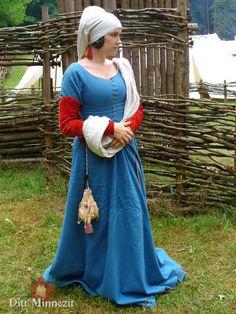 Kleid aus Indigogefärbter Wolle mit Ansteckärmel  aus krappgefärbtem Seidensamt