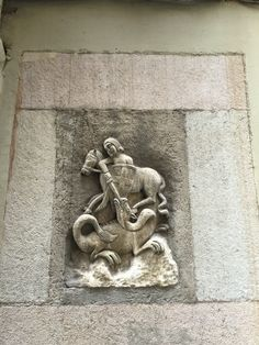 Sant Jordi y el dragon. Mucha gente dice que sant Jordi mató el dragon a salvar la princesa