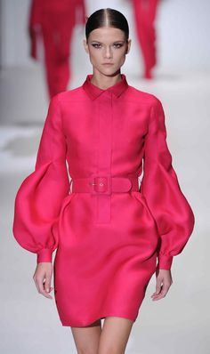 From London to Milan and it was all about colour at Gucci today! Fashion Mode, Look Fashion, Runway Fashion, High Fashion, Womens Fashion, Fashion Design, Milan Fashion, Haute Couture Style, Couture Mode