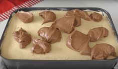 Tento zákusok je naozaj famózny. Nadýchané čokoládové cesto spolu s lahodným krémom tvoria naozaj dokonalú kombináciu. A navyše skvele vyzerá! Pudding, Food And Drink, Cookies, Recipes, Basket, Biscuits, Rezepte, Puddings, Cookie Recipes