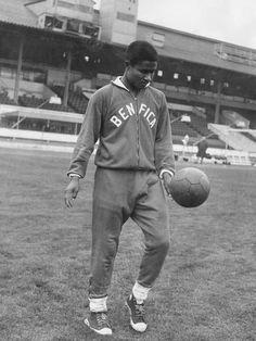 R.I.P. Eusébio (* 25. Januar 1942 in Lourenço Marques, dem heutigen Maputo, Mosambik;[1] † 5. Januar 2014 in Lissabon) Eusebio, 1962. Source: Terra
